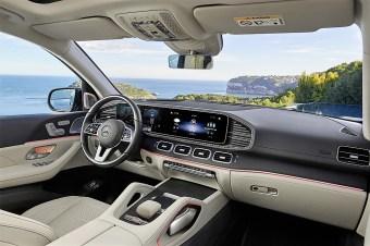 Daimler verzichtet übrigens auf eine eigenständige Armaturentafel: Sie entspricht dem kürzeren Schwestermodell GLE - bis hin zum doppelten Dekorstreifen, der die links und rechts flankierenden Luftausströmer und die zentral positionierte Attrappe ziert.