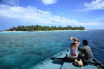 Auf der gesamten Insel Embudhoo (hier ein Blick vom Boot) befinden sich nur eine Luxushütte, eine Feuerstelle sowie Hängematten und Liegestühle. © Coco Collection