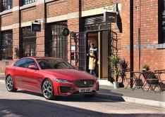 Die sanfte Erneuerung des Mittelklassewagens XE, der es mit dem Dreier BMW und der Mercedes C-Klasse aufnehmen will, macht den Viertürer optisch breiter. © Jaguar