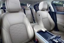 Mit hochwertigen Materialien und griffsympathischen Kunststoffverkleidungen gefällt das neue Interieur nicht nur optisch. © Jaguar