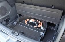 Ladekabel statt Reserverad unter dem Kofferraumboden. © Kia