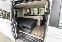 Die Sitzbank im Fond lässt sich elektrisch in eine Schlaflandschaft verwandeln, das mit seinen Abmessungen (2,03 x 1,13 Meter) ein Doppelbett ergibt. Foto: Auto-Medienportal.Net/Daimler