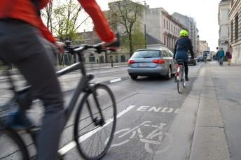 Nicht immer pflegen Autofahrer und Radler in unseren Städten ein friedliches Miteinander. © Timelynx/pixabay.com
