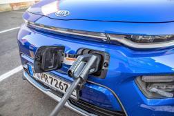 Mit einem Standard CCS-Stecker dauert das laut Kia an einer Wallbox (7,2 kW) 6 Stunden und 10 Minuten. © Kia