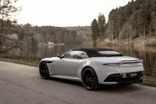 Der Volante wurde ganz bewusst auf das Klangerlebnis bei offener Fahrt abgestimmt, während bei geschlossenem Stoffverdeck acht Schichten Isoliermatten den Komfort erhöhen. Foto: Auto-Medienportal.Net/Aston Martin