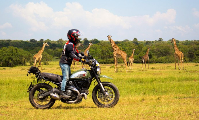 Alicia Sornosa mit ihrer Ducati Scrambler Urban Enduro in Kenia