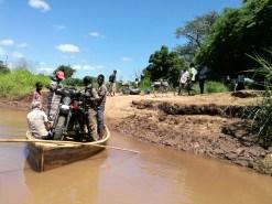 Alicia Sornosa (hier in Malawi) überquert die Grenze nach Mozambique