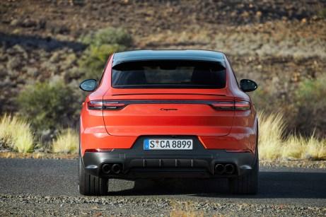 """Beim Einstiegsmodell steht einfach nur """"Cayenne"""" auf der elektrisch betätigten Heckklappe. © Porsche Postproduction: Wagnerchic – www.wagnerchic.com"""