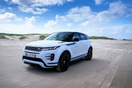 Mit ihren dezenten Eingriffen an der Frontpartie unter anderem durch die neuen schmalen LED-Matrix-Scheinwerfer wirkt der Evoque noch selbstbewusster, und die versenkten Türgriffe machen die Seitenlinie zu einer glatten und ruhigen Fläche. Alle Fotos: Auto-Medienportal.Net/Land Rover