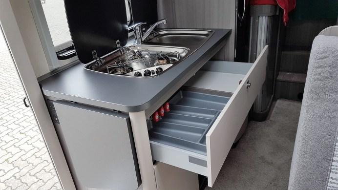 Unpraktisch ist die rollengelagerte und einteilige Schublade, die sich über die gesamte Breite der Küche streckt. Weil aber der Durchgang nur 47 Zentimeter misst, muss man beiseitetreten, um sie vollständig ausziehen zu können. Foto: Auto-Medienportal.Net/Michael Kirchberger
