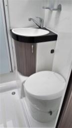 Der Waschraum kann mit stabilen Klappwänden aus Plexiglas zum Duschen vorbereitet werden, die Bewegungsfreiheit geht in hier Ordnung. Foto: Auto-Medienportal.Net/Michael Kirchberger