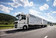 Als weltweit erster Logistikanbieter hat DB Schenker gemeinsam mit seinen Kooperationspartnern MAN Truck & Bus und der Hochschule Fresenius zwei digital vernetzte LKW in den Praxiseinsatz geschickt. Im Beisein von Bundesverkehrsminister Andreas Scheuer startete ein sogenanntes LKW-Platoon von der DB Schenker Niederlassung in Neufahrn bei München über das digitale Testfeld A9 nach Nürnberg. Gefördert wird das Pilotprojekt mit rund zwei Millionen Euro durch den Bund. Foto: Auto-Medienportal.Net/DB