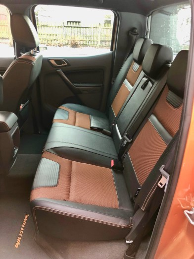 Ordentlich Platz für vier bis fünf Passagiere mit relativ guter Kniefreiheit hinten.