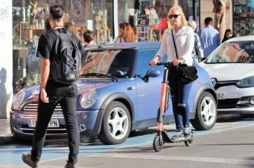 Bis zu 27 km/h schaffen die Scooter, die auf Malagas Straßen unterwegs sind. In Deutschland darf die Geschwindigkeit maximal 20 km/h betragen. © Solveig Grewe / mid