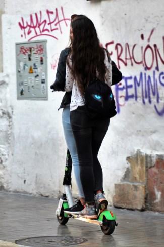 Noch drückt die Polizei in Malaga ein Auge zu, wenn der Roller als Tandem genutzt wird. Sicherer und den Regeln der Verleiher entsprechend ist die Solo-Nutzung. © Solveig Grewe / mid