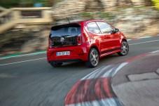 Die rotweißen Curbs einer Rennstrecke sind die richtige Umgebung für den wieselflinken Kurvenfloh Up GTI. © Volkswagen