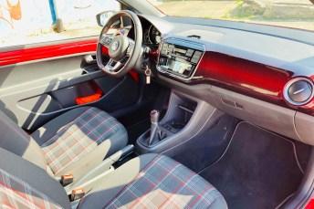 Das klassische Karomuster der Sitze im Up GTI ist eine sympathische Hommage an den Urahn, den Golf GTI von 1976. © Ralf Schütze / mid