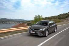 Sauber auf der Überholspur: Der Camry Hybrid kann laut Toyota bis zu 50 Prozent seiner alltäglichen Fahrstrecken emissionsfrei zurücklegen. © Toyota