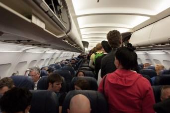 Jetzt wird's eng: Nicht jede Flugreise ist ein reines Vergnügen. © Free-Photos