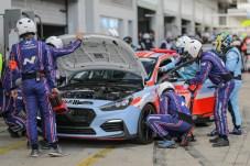Helden im Hintergrund: Ohne viele fleißige Helfer wären im Motorsport Erfolge nicht möglich. © Hyundai