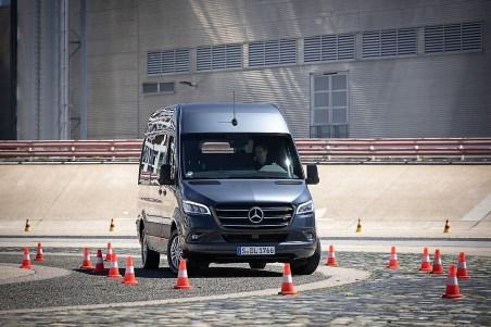 Der aktive Spurhalteassistent bringt den Sprinter zurück auf Kurs. Droht das Fahrzeug ab einer Geschwindigkeit von 60 km/h seine Spur zu verlassen, vibriert zunächst das Lenkrad. Mercedes-Benz Sprinter. Foto: Auto-Medienportal.Net/Daimler