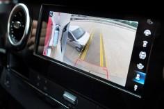 In der Stadt schützen weitere elektronische Helfer vor Unfällen, die beim Ein- und Ausparken entstehen können. Hier der Rear Cross Traffic Alert. Mercedes-Benz Sprinter. Foto: Auto-Medienportal.Net/Daimler