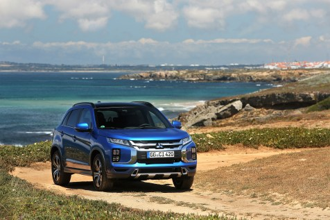 Bi-LED-Scheinwerfer, ein Regensensor sowie eine Klimaanlage und elektrisch beheiz- und verstellbare Außenspiegel gehören zur Grundausstattung des attraktiven Einstiegs-SUV von Mitsubishi Motors. © Mitsubishi