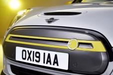 Am auffälligsten ist der geschlossene Frontgrill mit der gelben Strebe, die aerodynamisch gestalteten 17-Zoll-Aluräder (optional) im exklusiven Mini-Electric-Design oder die fehlende Abgasanlage, was alles zusammen der Reduzierung des Luftwiderstands dient. Foto: Auto-Medienportal.Net/BMW