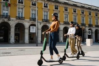 E-Scooter sind in deutschen Städten vor allem bei jungen Menschen ein beliebtes Fortbewegungsmittel. © Tier