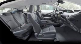 Zum Modelljahr 2019 überzeugt der Prius Plug-in Hybrid mit noch mehr Funktionalität: Dank eines neuen Mittelsitzes im Fond finden nun fünf Insassen im Fahrzeug Platz, die auf allen Positionen ausreichend Bewegungsfreiheit genießen. © Toyota