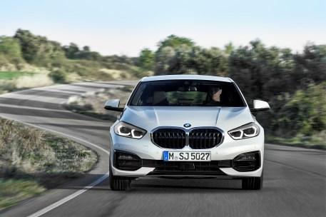 An der Front des 1er BMW dominieren jetzt große, zusammenhängende Nieren und die schmalen, nach schräg hinten gezogenen Scheinwerfer. © BMW