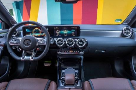 Ein Cockpit ganz für den Fahrer: Wie immer bei AMG fühlt man sich hier eher wie ein Flugzeug-Pilot als wie ein Autolenker. © Daimler