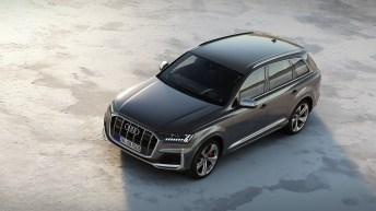 Der Audi SQ7 TDI trägt das aktuelle Design der Q‑Modelle ergänzt um S-spezifische Details. Er hebt sich durch Doppellamellen im Singleframe, Außenspiegelkappen in Aluminiumoptik und die vier charakteristischen Abgasendrohre mit runden, verchromten Blenden vom Basismodell ab. © Audi