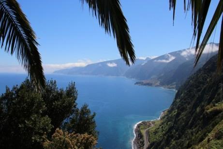 Vor dem tiefblauen Atlantik erhebt sich Madeira malerisch in ganzjährigem Grün auf dem Vulkangestein.