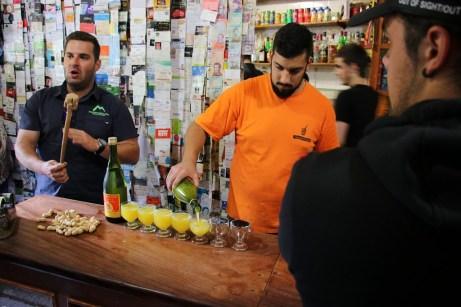 Poncha ist das beliebteste Getränk der Madeirer – es wird auf Zuckerrohrbasis gebrannt. In den einschlägigen Ponchabars wird es mit dem Alkoholgehalt nicht so genau genommen.