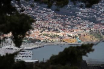 Die Hauptstadt Funchal schmiegt sich an die Südküste der Insel.