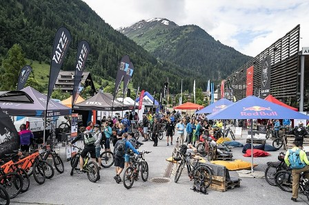 """In der """"Boxengasse"""" bieten mehrere namhafte Hersteller E-Mountainbikes und entsprechendes Equipment für die Freizeitfahrer an. Foto: Stefan Voitl"""