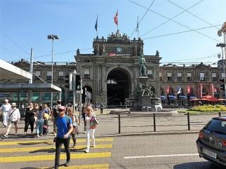 Der monumentale Züricher Bahnhof ist ganz unbescheiden dem Pariser Triumphbogen nachempfunden. © Kurt Sohnemann