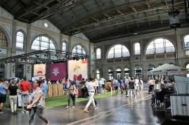 Das hohe Bahnhofsgebäude wird oft für Märkte, Konzerte oder Sportveranstaltungen genutzt, die vom Stabhochsprung bis zum Kirschkernspucken reichen. © Kurt Sohnemann