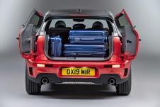 Hinter dem Markenzeichen des Mini-Kombis, den zweiflügeligen Hecktüren, auch Split Doors genannt, tut sich jetzt ein Volumen von 360 bis 1.250 Litern auf. © Mini