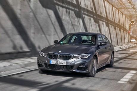 Kraftvoll mit E-Kennzeichen unterwegs: Der BMW 330e mit Hybrid-Antrieb. © BMW