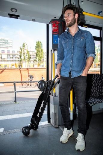 """Für den Transport in Bus oder Bahn lässt sich der zwölf Kilogramm schwere E-Scooter zusammenklappen und als """"Trolley"""" ziehen. © Audi"""