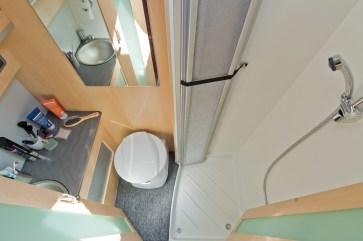 Das Bad mit Dusche, WC und Waschbecken erstreckt sich über die gesamte Breite des Fahrzeugs. © La Strada