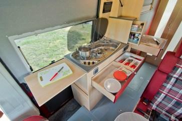 Die Küchenzeile schließt sich der Essecke an und bietet ausreichend Möglichkeit für kulinarisches Werkeln. © La Strada