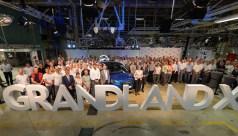 Hunderte Opel-Mitarbeiter und Gäste aus der Politik haben sich in Eisenach versammelt. © PSA