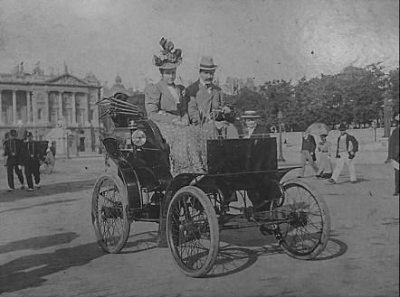 Das Ehepaar Riker mit seinem Riker Electric in Paris 1898. Das Auto wurde von Andrew Rikers Frau bis 1930 täglich benutzt. Foto: Auto-Medienportal.Net/Worldwide Auctioneers