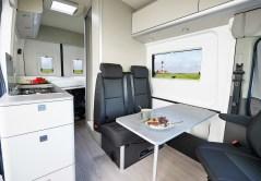 """Im Wohnbereich finden sich zudem fünf Acryl-Doppelglasfenster mit integrierten Moskitonetzen und Verdunklungsplissees. Natürlich lässt sich auch das Fahrerhaus verdunkeln. © """"obs/Ford-Werke GmbH/Ford / Westfalia"""""""