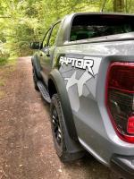 Die seitlichen Trittbretter des neuen Ford Ranger Raptor schützen die hintere Flanke des Fahrzeugs vor Steinschlag, zudem haben sie spezielle Abflussrinnen für Wasser und Schlamm. Die kraftvoll ausgestellten Radläufe des Ranger Raptor bestehen aus Verbundwerkstoff. © Klaus H. Frank