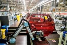 Beide Roboter verfügen über eine mechanische Hand, mit der sie die verschiedenen Schriftzüge mithilfe von Saugnäpfen greifen können. Foto: Auto-Medienportal.Net/Seat