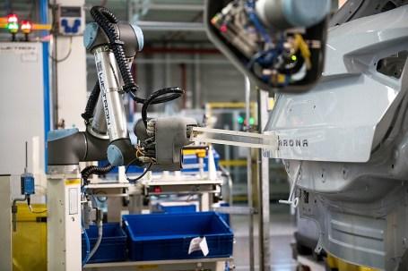 Die Roboter sind außerdem mit einem künstlichen Vision-System ausgestattet, das bei verschiedenen Prozessschritten zum Einsatz kommt. Foto: Auto-Medienportal.Net/Seat